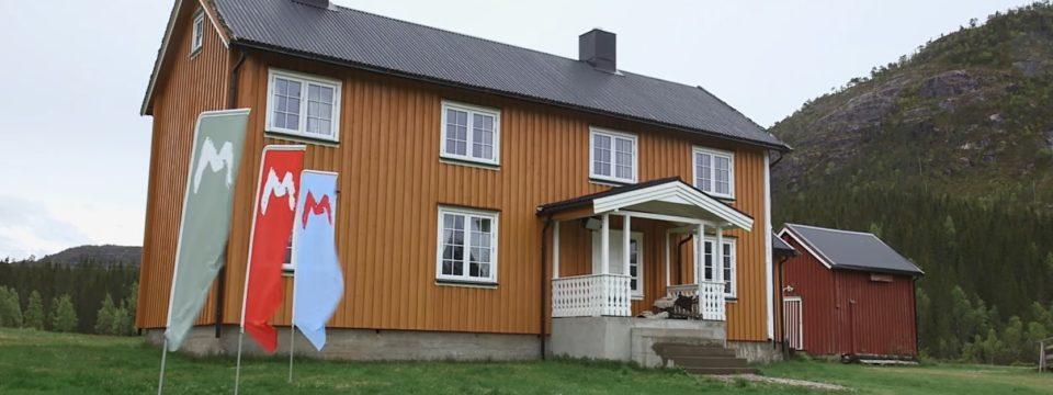 Saksen gård med flagg